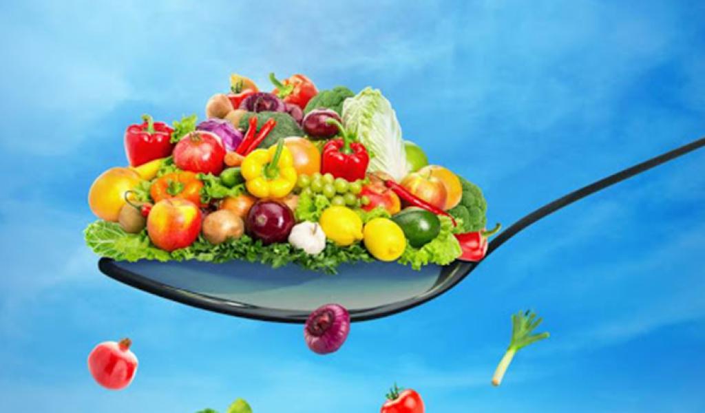 Uma colher com vários Legumes e Frutos